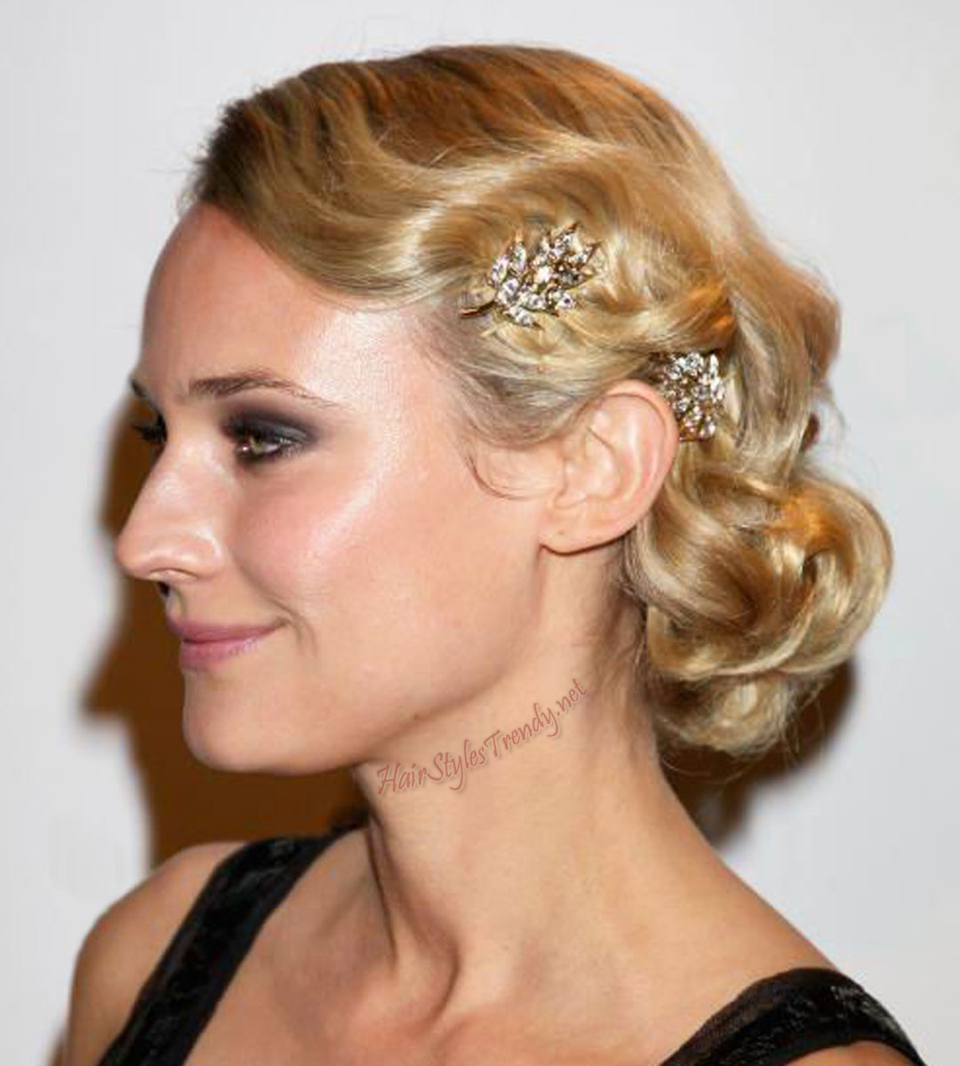 15 simple updos for long hair olixe style magazine for women wavy simple updos for long hair pmusecretfo Gallery